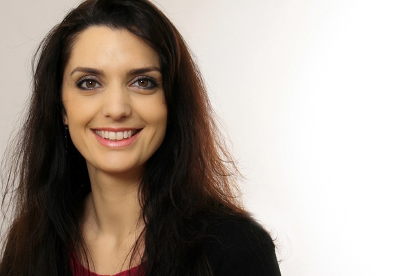 """Dr. Jasmin Khosravie hat Islamwissenschaften in Köln, Bonn und Toronto studiert. Zu ihren Forschungsschwerpunkten gehören die Geschichte Irans und Mittelasiens, Gender Studies und die islamische Mystik. Frau Khosravie lehrt seit mehreren Jahren am Institut für Orient- und Asienwissenschaften der Universität Bonn. 2010 wurde sie dort mit einer Arbeit über die iranische Publizistin Sedighe Doulatabadi promoviert. Derzeit arbeitet Dr. Jasmin Khosravie an ihrer Habilitation zu qajarischen Reiseberichten über Europa und leitet das vom Bundesbildungsministerium geförderte Forschungsprojekt """"Europa von außen""""."""