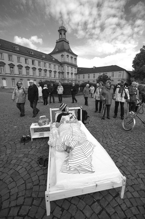 """Ein Werbegag der Aktion """"Zimmer frei"""" sorgt für Verwunderung bei den Passanten. Foto: Volker Lannert"""