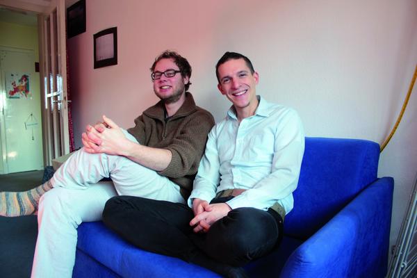 Beugen sich für die akut der gesellschaftlich-spießigen Konvention: Jakob Horneber und Heraldo Hettich lassen die Hosen an.