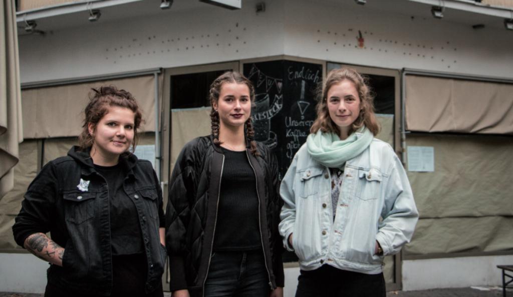 Sarah Waschke, Vesna Schierbaum und Julia Ihde vor dem geschlossenen Café Goldbraun (Foto: Alexander Grantl / AKUT)