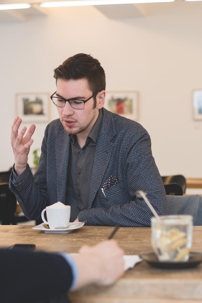 Johannes Fröse ist 24 Jahre alt und studiert Politikwissenschaft. Er ist Mitglied im Kuratorium von Bonn International Model United Nations (BIMUN). Auf Facebook betreibt er gemeinsam mit einem Partner die Seite »Everyday Excellence – Style & Urban Sophistication«. Sein Spitzname lautet »John Frose«.